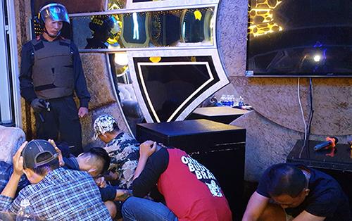 Nhóm người bị ghi tàng trữ, sử dụng ma tuý trong một phòng karaoke. Ảnh: Lan Vy