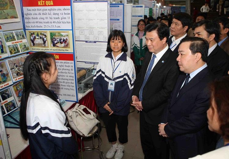 Thứ trưởng Nguyễn Hữu Độ trò chuyện với thí sinh tham dự cuộc thi. Ảnh: Kim Anh
