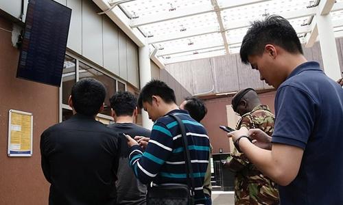 Người thân của các nạn nhân chờ đợi thông tin tại sân bay. Ảnh: Reuters.