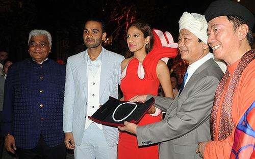Đại diện lãnh đạo tỉnh Kiên Giang đến dự và tặng quà cho cô dâu và chú rễ. Ảnh: Cảnh Nguyễn