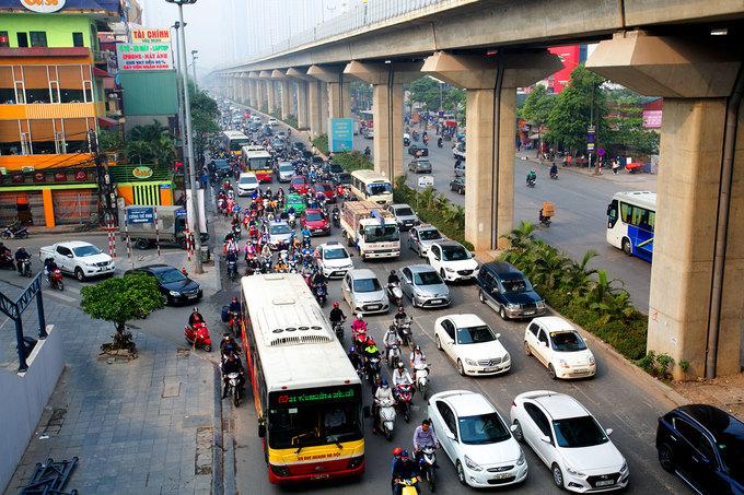 Phương tiện chen chúc trên tuyến đường Hà Nội dự kiến cấm xe máy