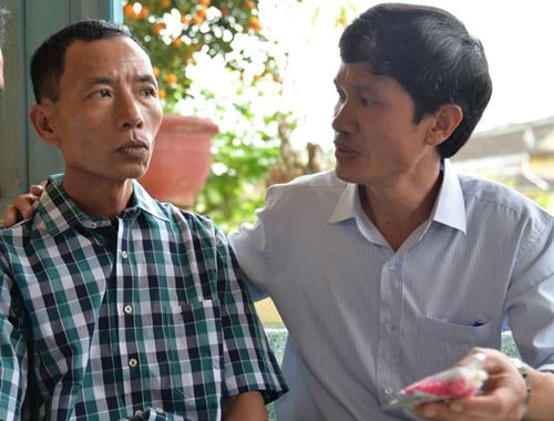 Bác sĩ Thái (phải) luôn nhắc ôngĐông uống thuốc mỗi ngày. Ảnh: Phương Linh.