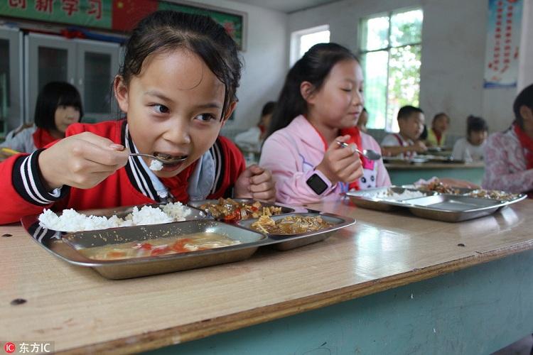 Trung Quốc đề nghị ban giám hiệu nhà trường ăn cùng học sinh - ảnh 1