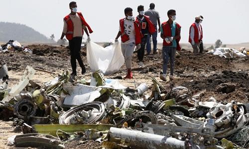 Các nhân viên điều tra có mặt tại hiện trường vụ rơi máy bay, cách thủ đô Addis Ababa khoảng 50 km. Ảnh: Reuters.