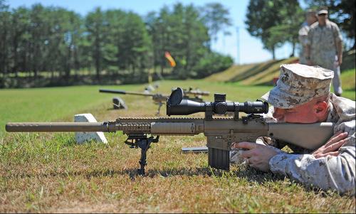 Sĩ quan Mỹ bắn thử khẩu M110 SASS hồi năm 2011. Ảnh: USMC.