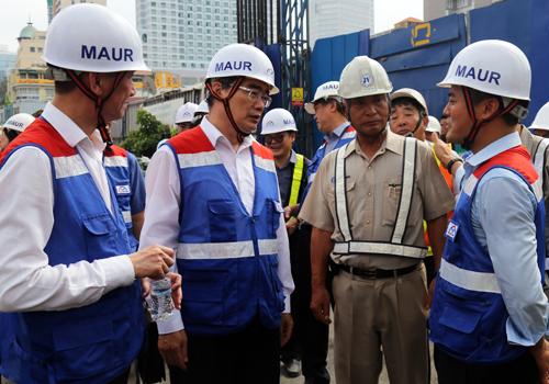 Bí thư Thành ủy TP HCM Nguyễn Thiện Nhân trao đổi với các nhà thầu và lãnh đạo MAUR. Ảnh: Hữu Công