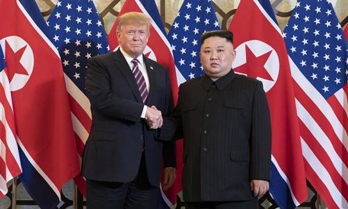 Tổng thống Mỹ Trump (trái) và lãnh đạo Triều Tiên Kim Jong-un tại Hà Nội ngày 27/2. Ảnh: AFP.