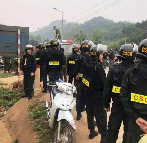 Cảnh sát vũ trang bao vây hàng chục người vác hàng lậu vào Việt Nam - ảnh 3