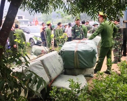 Cảnh sát vũ trang bao vây hàng chục người vác hàng lậu vào Việt Nam - ảnh 2