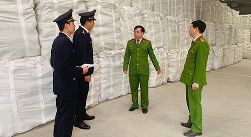 Công an tỉnh Thanh Hoá và Hải quan đang kiểm tra lô hàng giả nhãn mác. Ảnh: Lam Sơn.