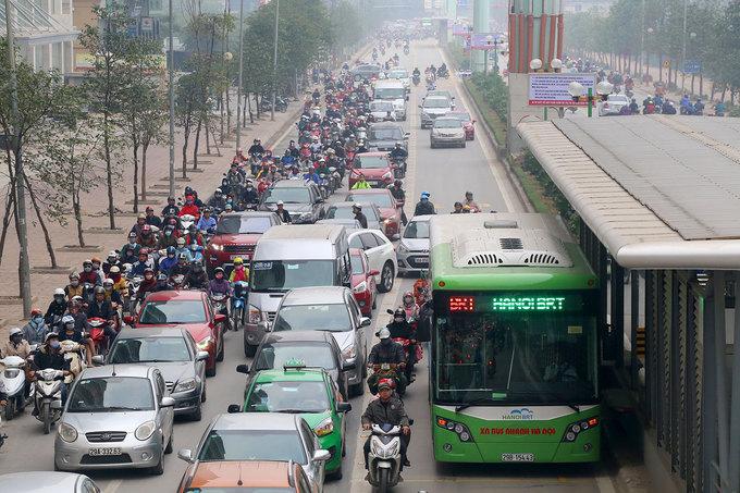 Tuyến đường Lê Văn Lương là một trong những trục giao thông dự kiến cấm xe máy. Trục đường này mỗi bên có ba làn xe chạy, gần đây khi tuyến xe buýt nhanh (BRT) đi vào hoạt động thì một làn đường được thiết kế để ưu tiên loại phương tiện này. Ảnh: Bá Đô.