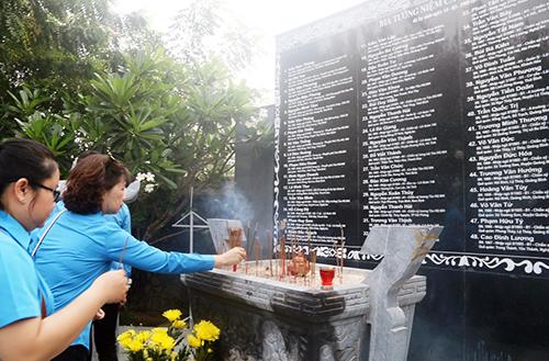 Nhiều người đến đặt hoa, thắp nén hương tưởng nhớ 64 chiến sĩ Hải Quân tại Khu tưởng niệm ở Khánh Hòa. Ảnh: An Phước