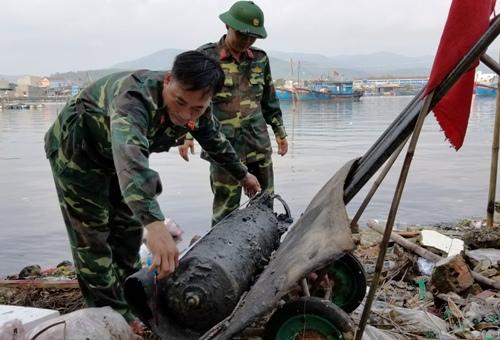 Quả ngư lôi được di chuyển đến nơi tiêu hủy. Ảnh: Thành Duy.