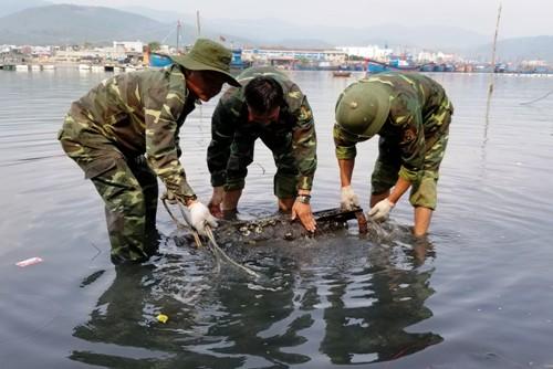 Công binh trục vớt quả ngư lôi trong đầm nước mặn. Ảnh: Thành Duy.