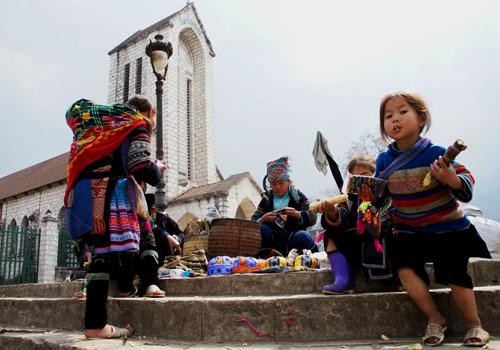 Người dân địa phương bán hàng lưu niệm ở nhà thờ đá Sapa. Ảnh: Lê Đăng Khoa