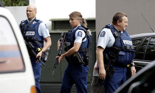 Cảnh sát vũ trang tuần tra trước nhà thờ ở thành phố Christchurch, New Zealand hôm 15/3. Ảnh: AP.