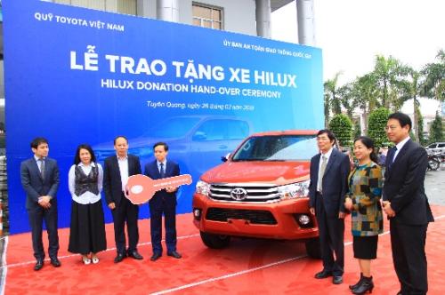 Quỹ Toyota Việt Nam trao tặng xe cho Ban An toàn Giao thông tỉnh Tuyên Quang hôm 26/2.