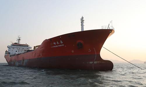 Một tàu nghi chuyển dầu cho tàu Triều Tiên bị Hàn Quốc bắt hồi tháng 11/2017. Ảnh: AP.