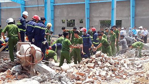 Lực lượng chức năng có mặt tại hiện trường để cứu hộ và điều tra nguyên nhân. Ảnh: Vĩnh Nam