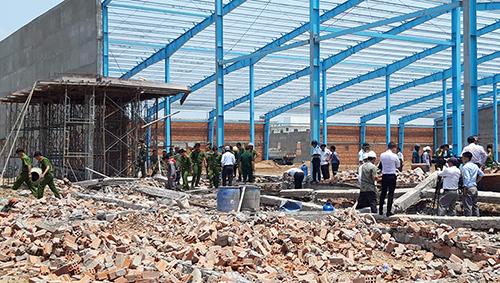 Hiện trường vụ sập công trình nhà xưởng tại khu công nghiệp Long Hồ. Ảnh: Vĩnh Nam