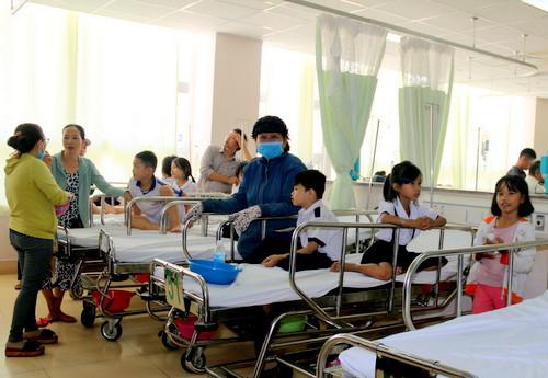 Các học sinh đang được điều trị tại Bệnh viện Bà Rịa. Ảnh: Nhị Hoàng.