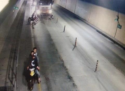 Nhóm thanh niên chặn xe ôtô tải ngay trong hầm Phước Tượng. Ảnh cắt từ video