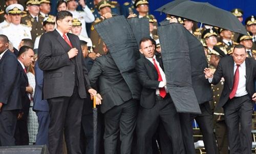 Các vệ sĩ che chắn cho Tổng thống Maduro trong vụ tấn công. Ảnh: ABC News.