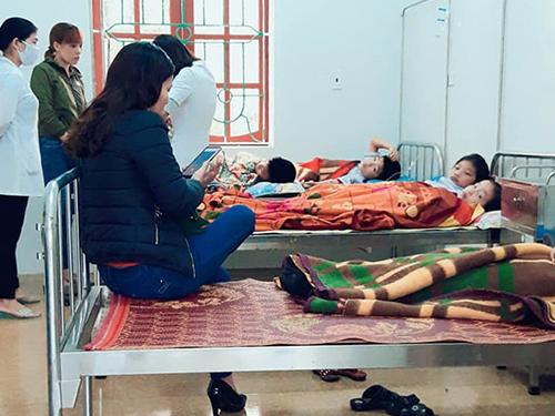 Các học sinh tại Trạm y tế xã Cẩm Thăng. Ảnh: Đ.H