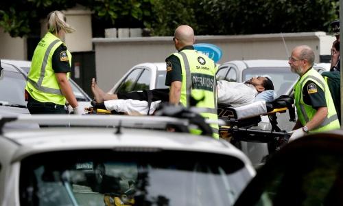 Các nhân viên cứu thương hỗ trợ một nạn nhân sau vụ xả súng ở hai nhà thờ tại New Zealand. Ảnh: AP.