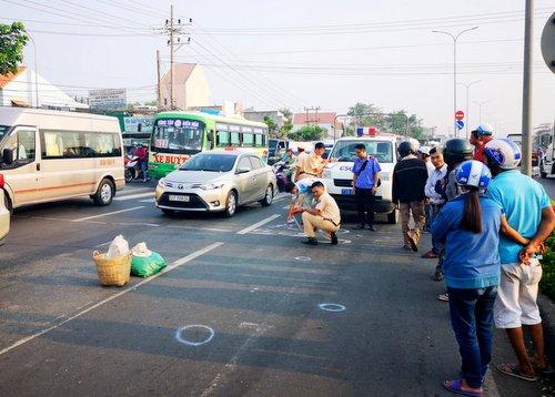 Cơ quan chức năng Bà Rịa - Vũng Tàu đo vẽ hiện trường để điều tra nguyên nhân tai nạn. Ảnh: Mạnh Nguyễn.