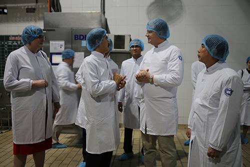 Ông Nguyễn Quốc Khánh (thứ hai từ trái) – Giám đốc điều hành Vinamilk giới thiệu dây chuyền sản xuất với Đại sứ Mỹ.