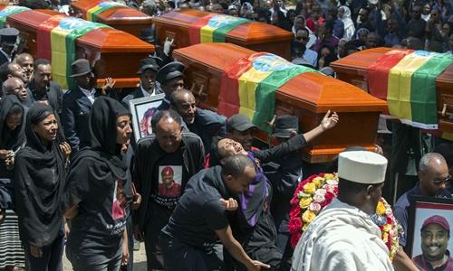 Quan tài được đưa qua các con phố ở thủ đô Addis Ababa. Ảnh: AP.
