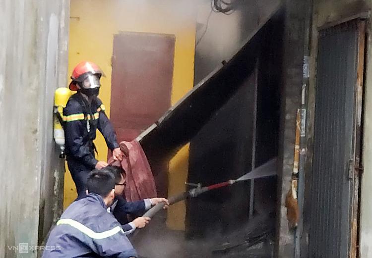 Cảnh sát cố gắng thâm nhập đám cháy từ nhiều phía. Ảnh: Giang Chinh.