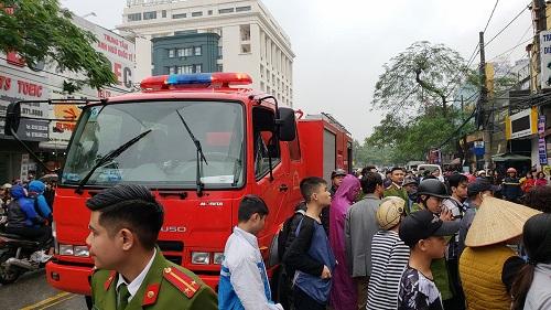 Xe cứu hỏa cùng cảnh sát phòng cháy chữa cháy đang giải cứu người gặp nạn. Ảnh: Giang Chinh.