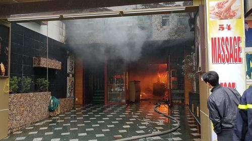 Tầng 1 khách sạn đang cháy. Ảnh: Giang Chinh.