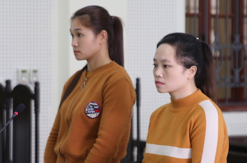Lý (bên trái) và đồng phạm tại tòa. Ảnh: Nguyễn Hải.