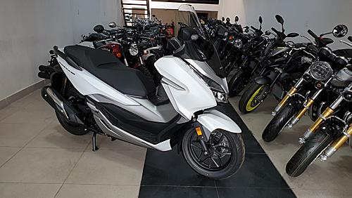 Honda Forza 300 nhập khẩu Italy tại một showroom ở quận Bình Thạnh, TP HCM.