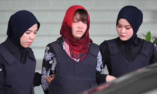 Cảnh sát áp giải Đoàn Thị Hương rờitòa án ở Kuala Lumpur, Malaysia hôm 14/3. Ảnh: AFP.