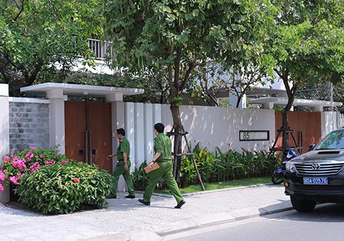 Công an khám xét nhà ông Tuấn là căn biệt thự 2 tầng rộng hàng trăm mét vuông ở đường Hoàng Kế Viêm. Ảnh: Nguyễn Đông.