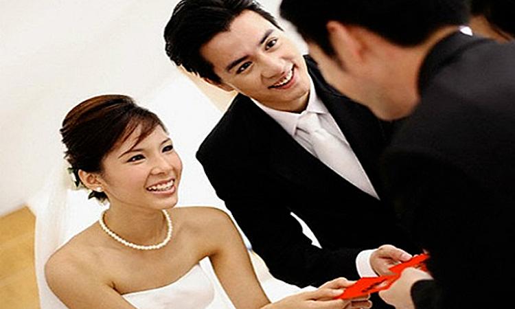 Chàng trai bị vợ bạn mắng vì không mừng lại tiền cưới -