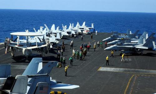 Hoạt động trên tàu USS Theodore Roosevelt Mỹkhi đi qua Biển Đông hồi tháng 4/2018. Ảnh: Reuters.
