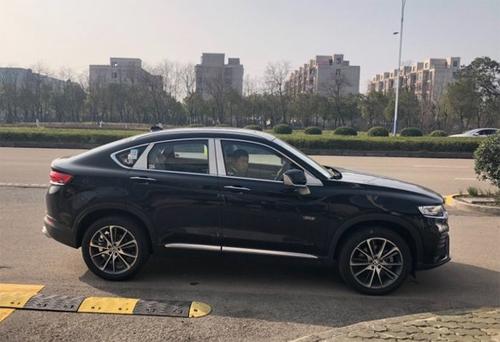 Trước ngày ra mắt vào 25/3, Geely FY11 bị bắt gặp trên một con phố ở Hàng Châu.
