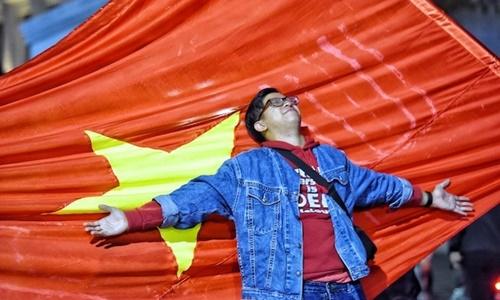 Một thanh niên ở Hà Nộiăn mừng sau khi đội tuyển bóng đá Việt Nam giành chiến thắng trước đội Jordan hồi tháng một.