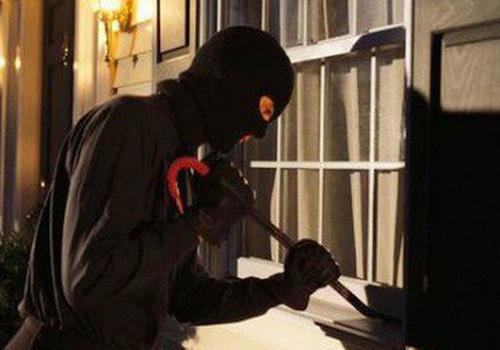 Kẻ nhiễm HIV nhiều lần phá cửa sổ để đột nhập nhà dân -