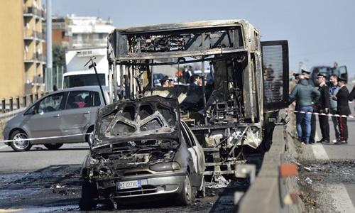 Tài xế bắt cóc 51 trẻ em Italy, đốt xe buýt