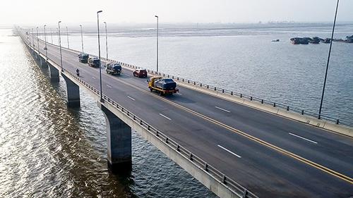 Xe chuyên dụng chở Lux qua cầu vượt biển Tân Vũ - Lạch Huyện.