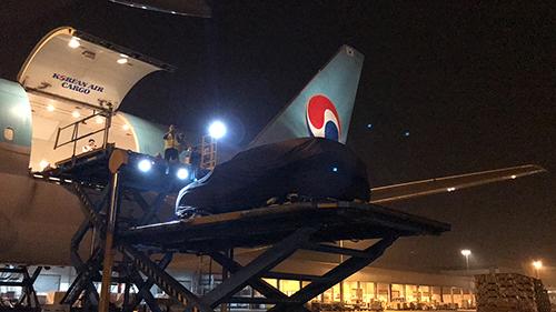Xe được vận chuyển lên máy bay trong đêm.