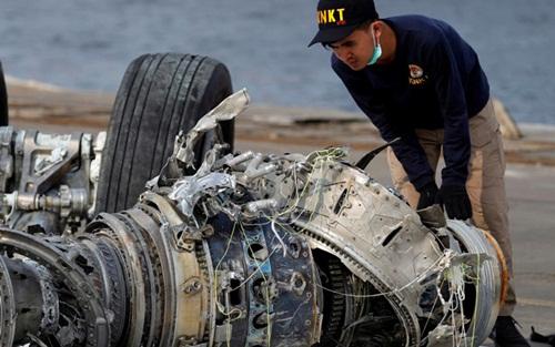 Nhân viên thuộc Ủy ban An toàn Giao thông Quốc gia Indonesia ngày 4/11/2018 kiểm tra một động cơ của máy bay Lion Air gặp nạn. Ảnh: Reuters.