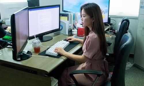 Lee Ji-soo làm việc tại công ty chuyên xóa video quay lén ở Seoul tháng 9/2018. Ảnh: CNN.
