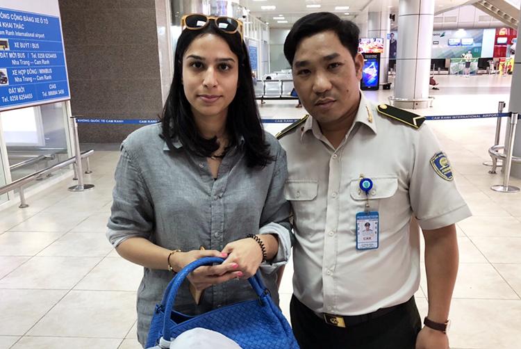 Nhân viên an ninh sân bay trả lại hơn 100 triệu đồng cho khách